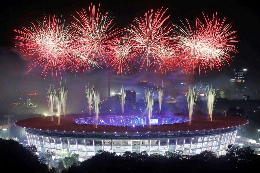 MENERANGI MALAM: Bunga api aneka warna menyinari ruang angkasa Stadium Gelora Bung Karno di Jakarta, Indonesia, di acara penutup Sukan Asia ke-18. - Foto REUTERS