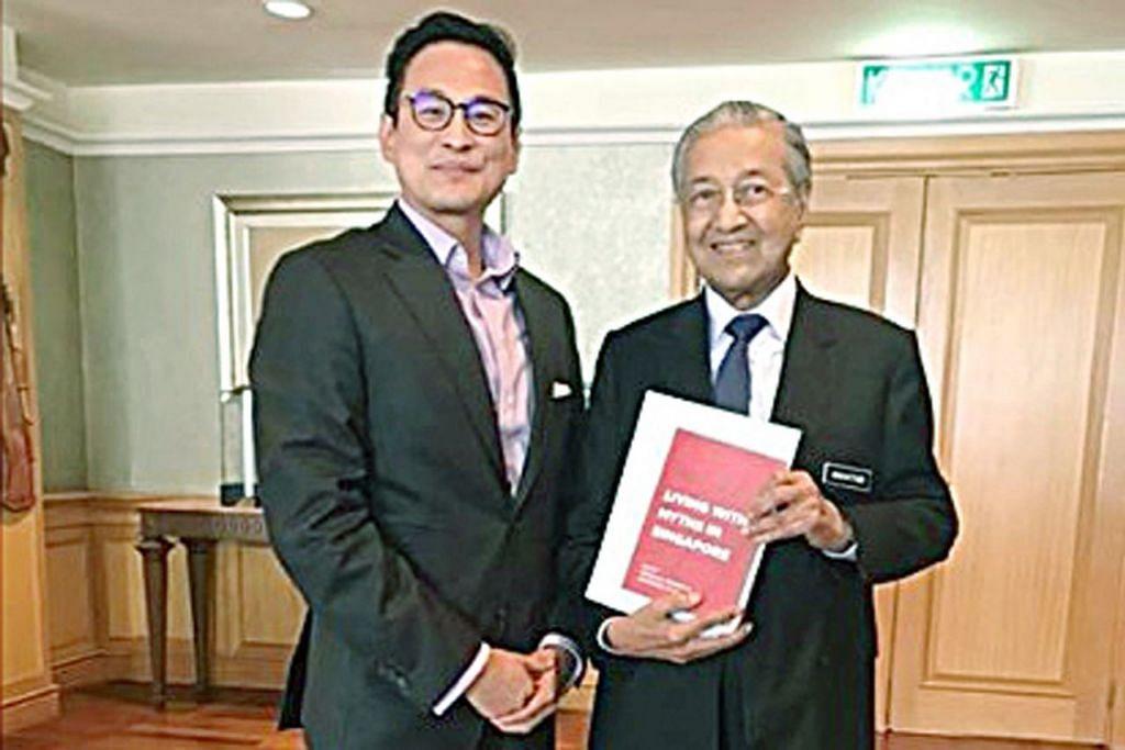 PERTEMUAN DI PUTRAJAYA: Dr Thum (kiri) bertemu Dr Mahathir di Putrajaya Khamis lalu. - Foto FACEBOOK/THUM PING TJIN