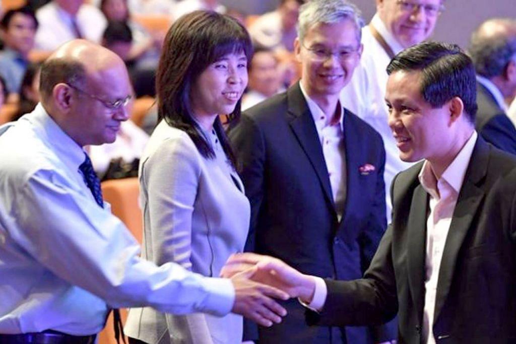 BINA JAMBATAN: Menteri Perdagangan dan Perusahaan Chan Chun Sing (kanan) mahu konsep sains yang dapat mempermudahkan golongan luar industri memahaminya. - Foto BH oleh CHONG JUN LIANG
