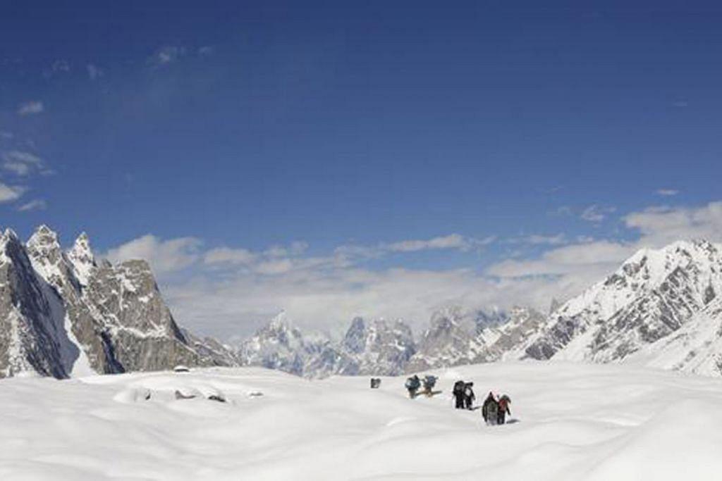 RISIKO BANJIR: Glasier Baltoro di banjaran gunung Karakoram di Pakistan. Hampir semua daripada 7,200 glasier di negara itu menunjukkan tanda-tanda sedang mencair dek peningkatan suhu. - Foto fail REUTERS