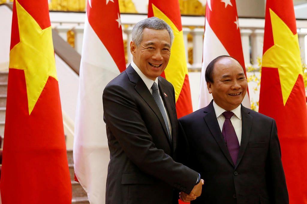 Encik Lee (kiri) bersama Encik Nguyen Xuan Phuc.