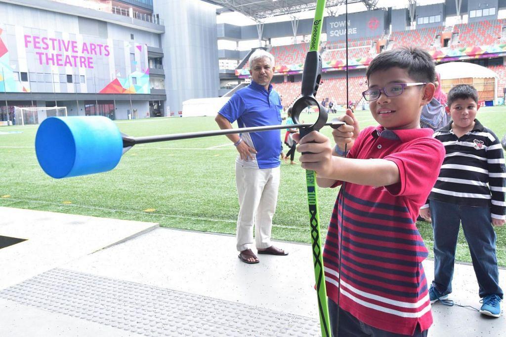 UJI KECEKAPAN: Seorang kanak-kanak mencuba permainan memanah di Fiesta Keluarga Masjid yang diadakan sempena Salam Singapore minggu lalu. – Foto MUIS