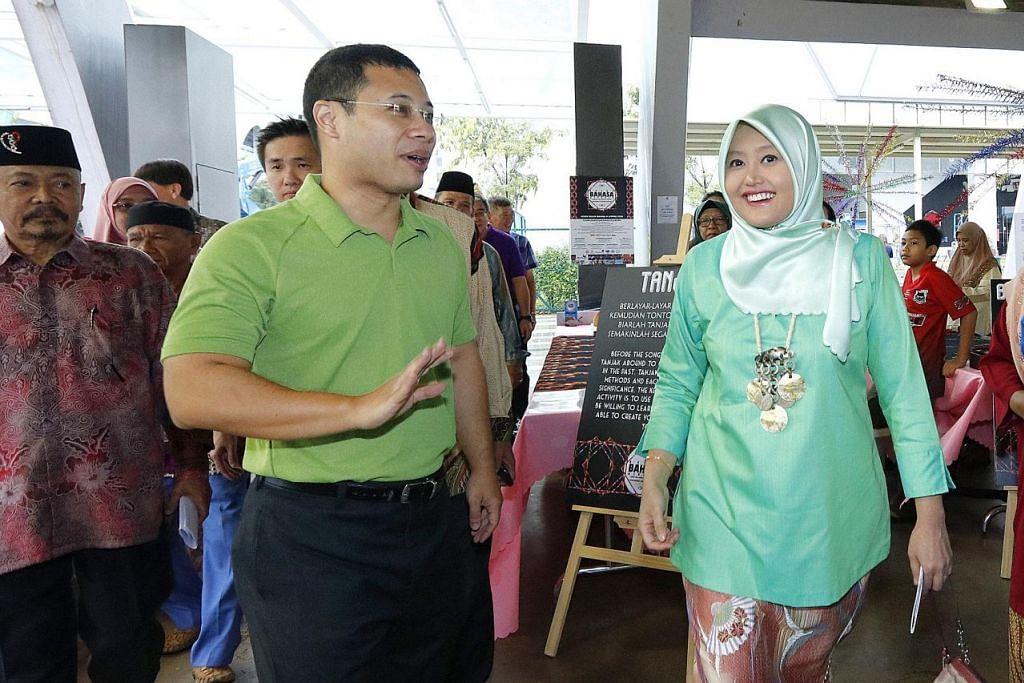 MERIAHKAN ACARA: Turut hadir di majlis Pelancaran Bulan Bahasa @ Jurong adalah Encik Lee (kiri) dan Cik Rahayu. – Foto BBE MAEC