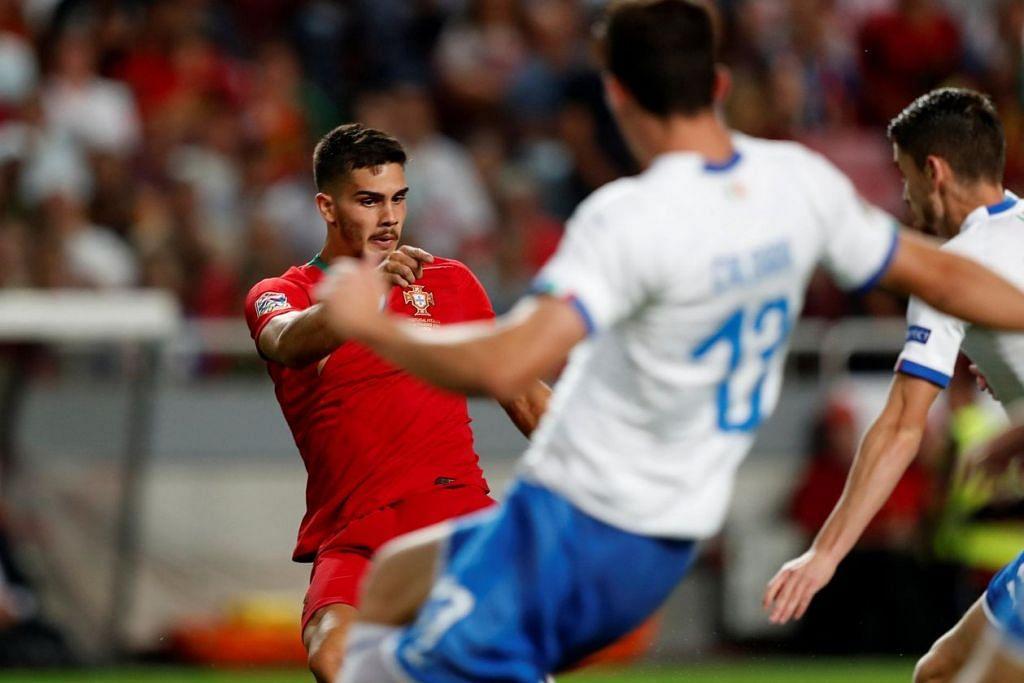 GOL KEMENANGAN: Andre Silva (jersi merah) melepaskan satu rembatan untuk menjaringkan gol kemenangan Portugal ketika menentang Italy di Estadio da Luz kelmarin. – Foto REUTERS