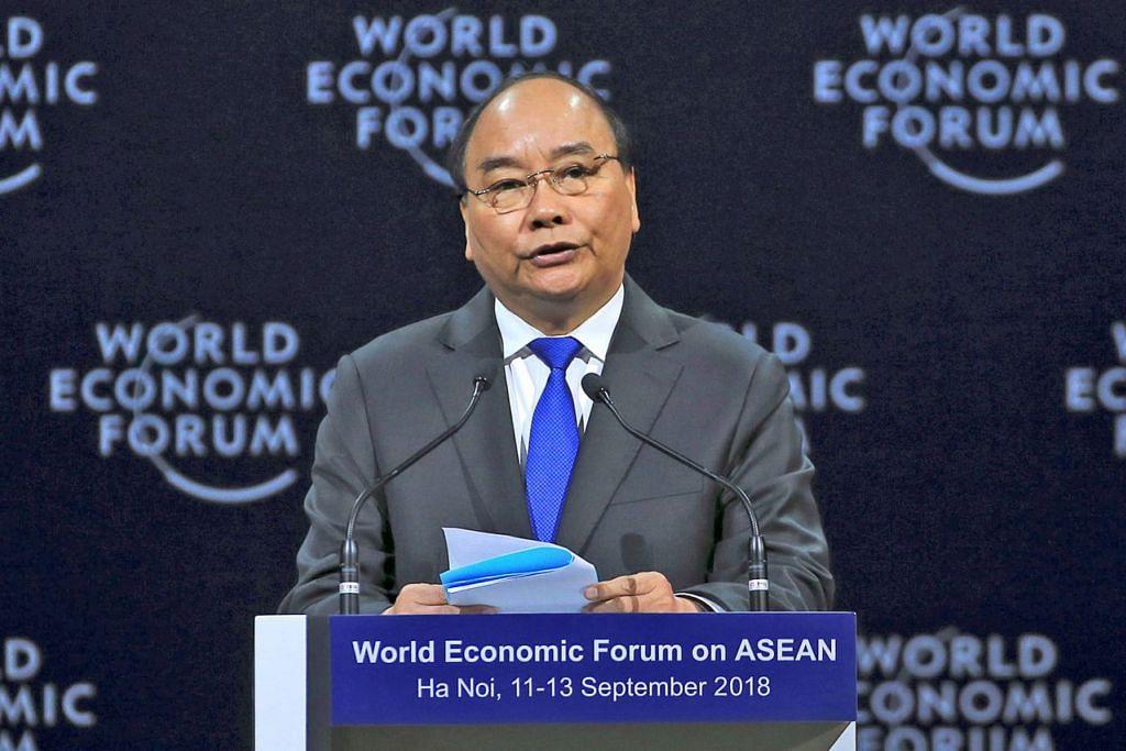 UCAPAN PEMBUKAAN: Perdana Menteri Vietnam Nguyen Xuan Phuc menekankan peri penting Asean menggubal dasar bagi menangani cabaran gangguan teknologi. - Foto EPA
