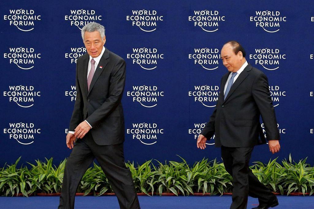 PERKUKUH ASEAN: Encik Lee dan Encik Nguyen kedua-duanya menekankan pentingnya memajukan dan memperkukuh Asean demi pertumbuhan ekonomi di rantau ini. – Foto REUTERS