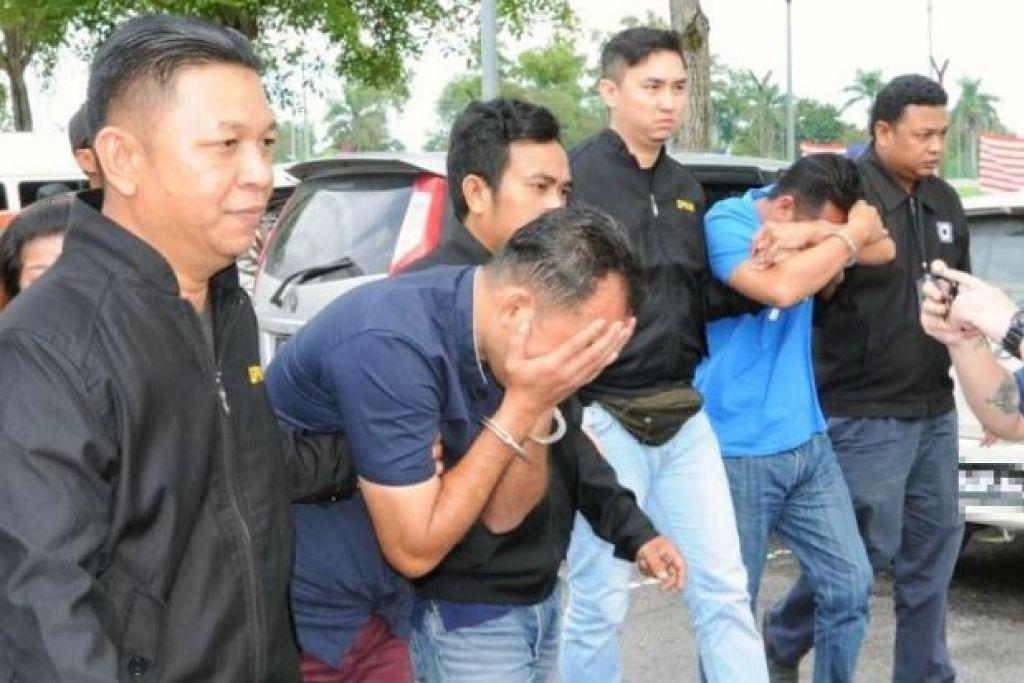 Pegawai SPRM mengiringi dua ahli Parti Keadilan Rakyat (PKR) Kedah yang didakwa meminta rasuah ke Mahkamah Majistret Alor Setar pada Ahad, 16 September 2018.