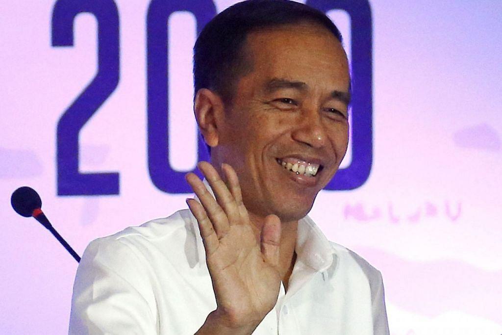 PENYANDANG: Penyokong Encik Jokowi dalam gerakan #2019TetapJokowi mengatakan mereka bentuk aspirasi masyarakat Indonesia yang menginginkan kepemimpinan Encik Jokowi selama dua penggal. - Foto REUTERS