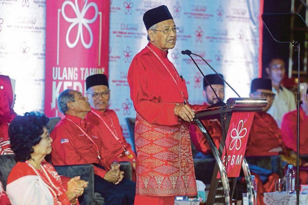 BANGKITKAN LAGI ISU ORANG MELAYU: Pengerusi Parti Pribumi Bersatu Malaysia (PPBM), yang juga Perdana Menteri Malaysia, Tun Dr Mahathir Mohamad, memberi ucapan dalam majlis ulang tahun kedua partinya itu di Shah Alam baru-baru ini. - Foto NST