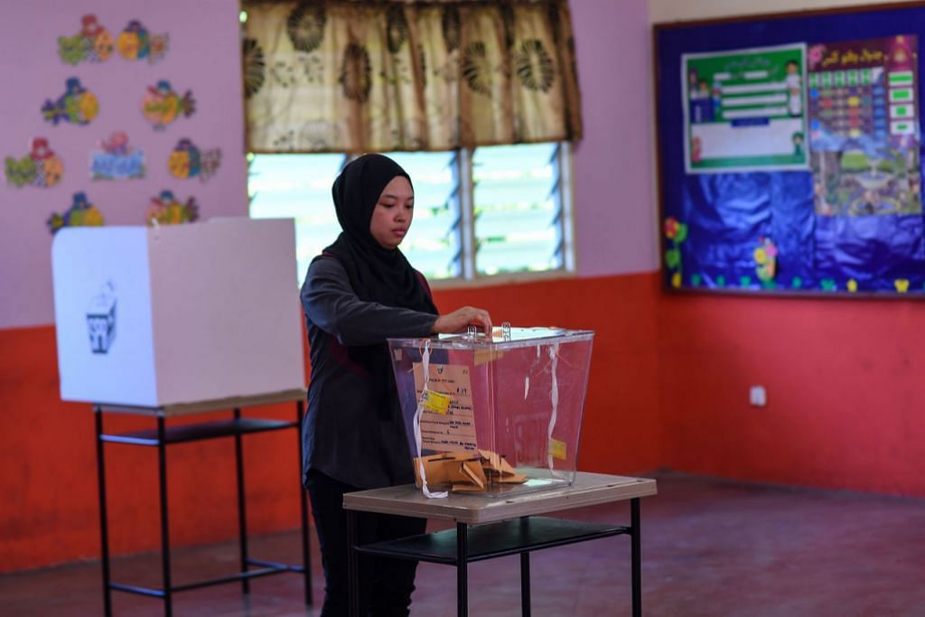 Malaysia Cabinet decides to lower voting age from 21 to 18