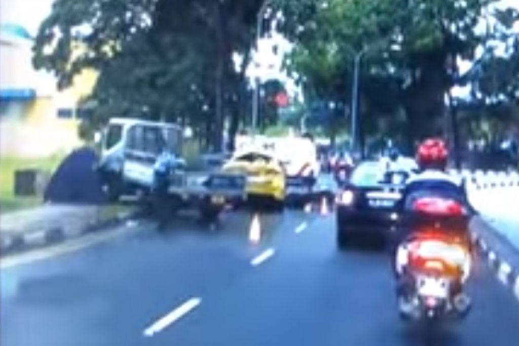 Khemah biru dilihat di tapak kemalangan. Foto: SCREENGRAB VIDEO