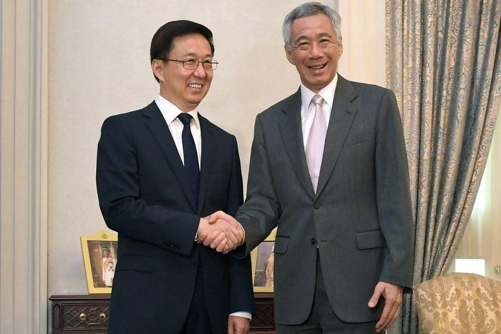 ERATKAN HUBUNGAN: Encik Han Zheng turut menemui Encik Lee Hsien Loong di Istana semalam. - Foto BH oleh ALPHONSUS CHERN
