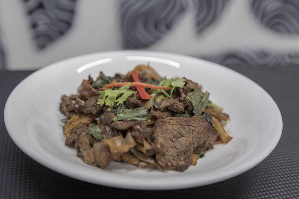 ENAK DAN MENYIHATKAN: Hidangan hor fun dengan kandungan 551 kalori sahaja. - Foto BH oleh IQBAL FAIZAL