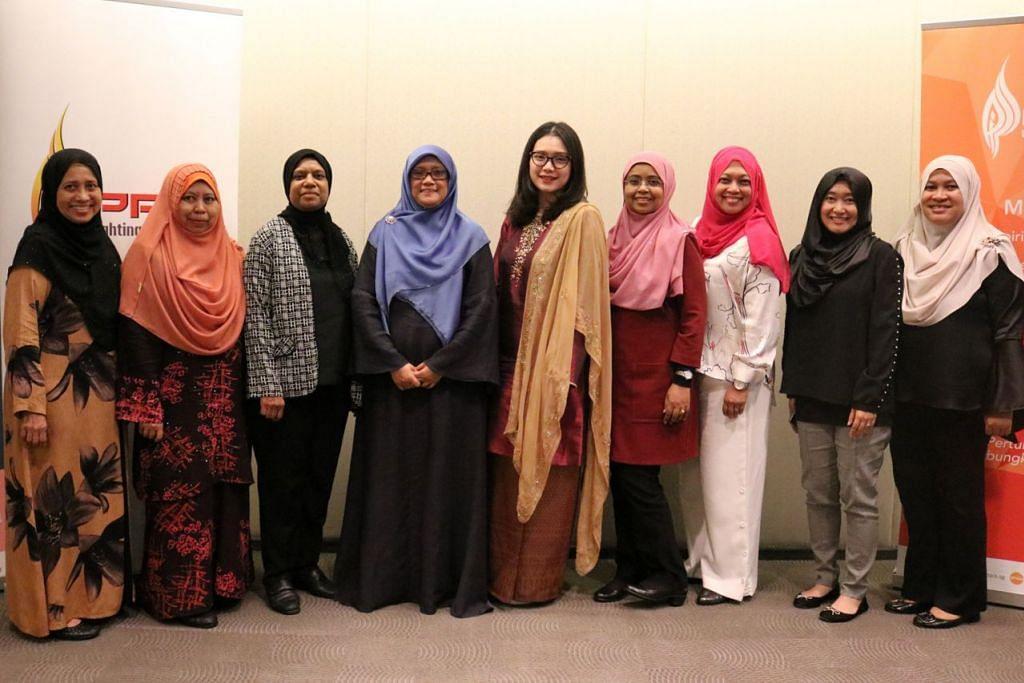 LEMBAGA BARU PPIS: (Dari kiri) Cik Sapiah Molla, Cik Nor Ainah Mohamed Ali, Cik Saidah Mohamed, Cik Rahayu Mohamad, Cik Hazlina Abdul Halim, Cik Fawziah Jainullabudeen, Cik Salina Samion, Cik Nur Amalina Abdul Gani dan Cik Khuzaima Raja Kamarul-Den adalah antara 12 ahli Lembaga Gabenor PPIS yang dilantik baru-baru ini. - Foto PPIS