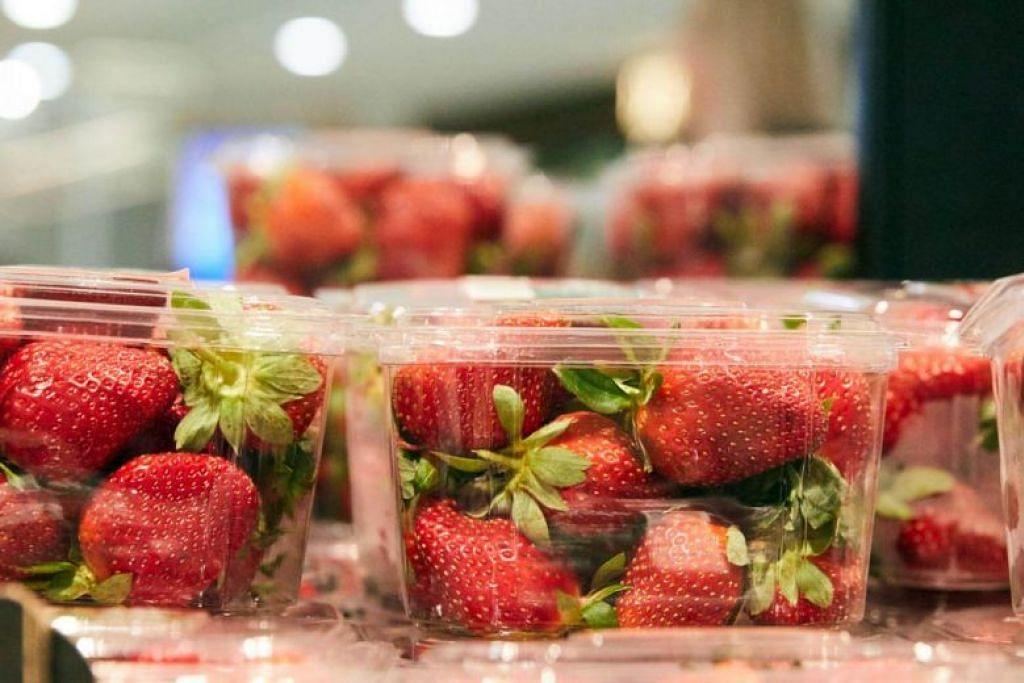 Bekas berisi strawberi di sebuah pasar raya di Sydney, Australia.