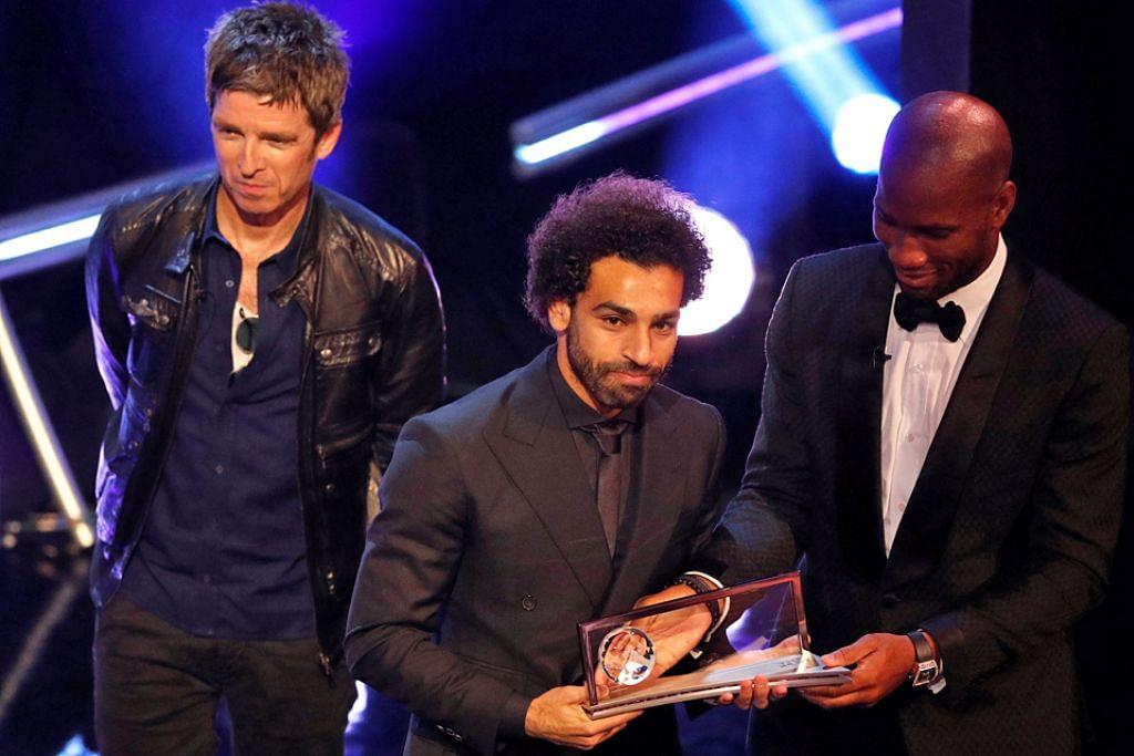 GOL TERBAIK: Pemain Liverpool Mohamed Salah (tengah) menerima anugerah Puskas Fifa daripada Noel Gallagher (kiri) dan Didier Drogba. - Foto REUTERS