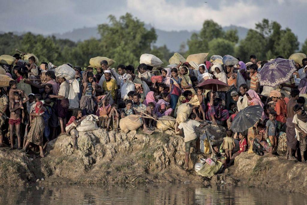NASIB MALANG: Sekumpulan pelarian Rohingya dari Myanmar kelihatan tiba di Sungai Naf di Whaikyang di sempadan Bangladesh. Amerika Syarikat telah mengumumkan mahu menambah jumlah bantuan kemanusiaan bagi pelarian Rohingya di Bangladesh dan Myanmar sebanyak dua kali ganda. - Foto AFP