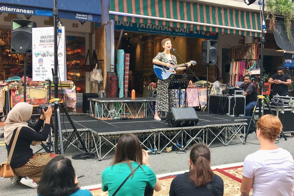 SANTAPAN MUZIK: Salah satu persembahan nyanyian di Arab Street sempena Hari Park(ing).  - Foto BH oleh HANIM MOHD SALEH