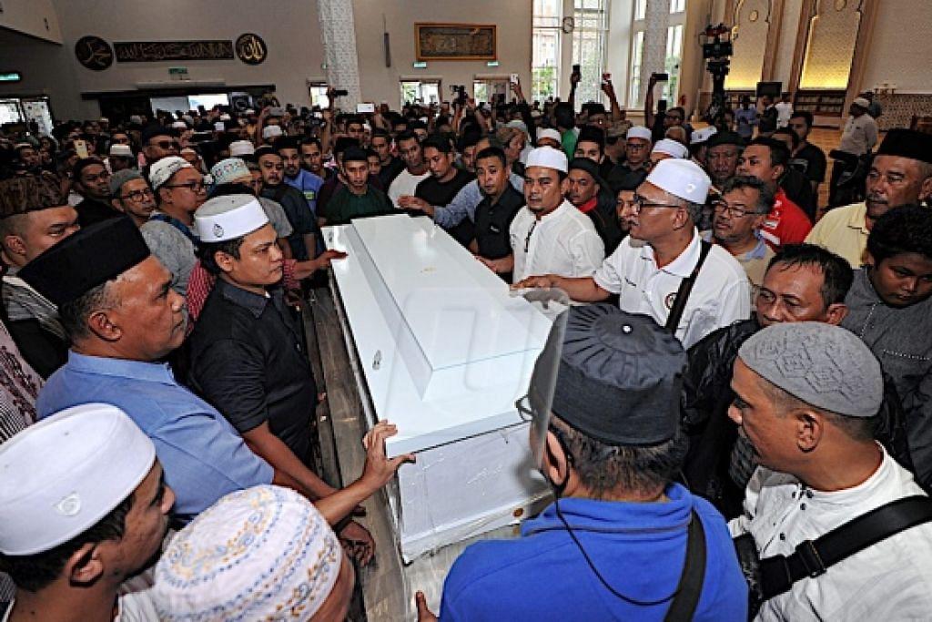 Jenazah Pak Ngah tiba di Masjid Kampung Baru di Kuala Lumpur dengan disambut kira-kira 500 ahli keluarga, sahabat handai, rakan artis, warga seni dan orang awam.