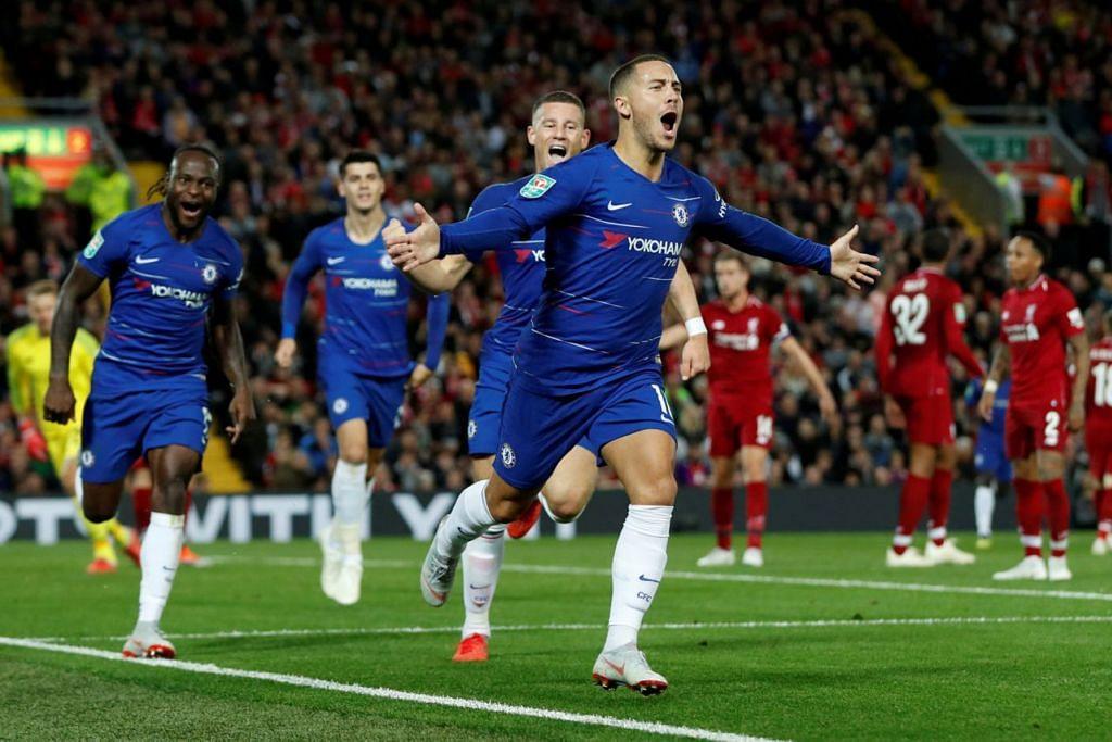 JARING GOL KEMENANGAN: Jaringan solo menakjubkan Eden Hazard (tengah) membantu Chelsea membenam Liverpool 2-1 semalam. - Foto REUTERS