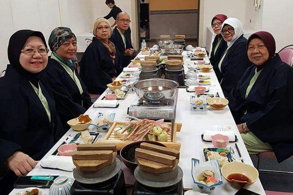MAKANAN JEPUN: Kumpulan pelancong Singapura sedang bersiap mahu menikmati makan malam di sebuah restoran di Hokkaido. - Foto RUKUMAH YOSOP