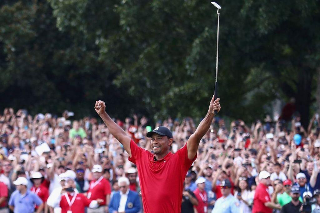 MENYERLAH SEMULA: Tiger Woods (atas) mengangkat kededua tangan bagi meraikan kejayaan pertama selepas lebih lima tahun di 'Tour Championship' pada 23 September lalu. - Foto AFP