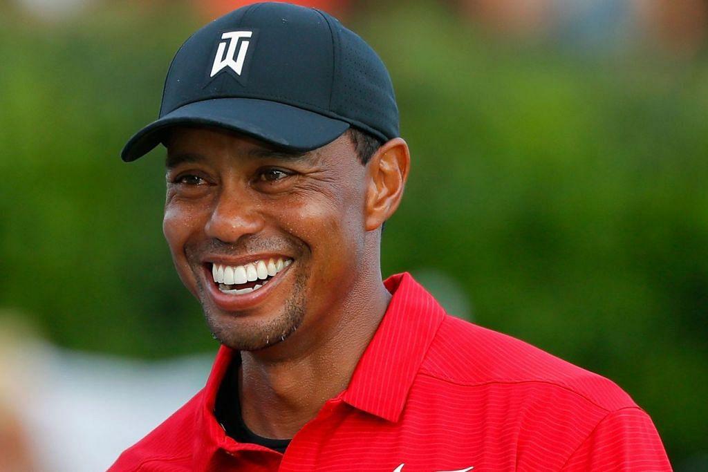 MENYERLAH SEMULA: Tiger Woods mengangkat kededua tangan bagi meraikan kejayaan pertama selepas lebih lima tahun di 'Tour Championship' pada 23 September lalu. - Foto AFP