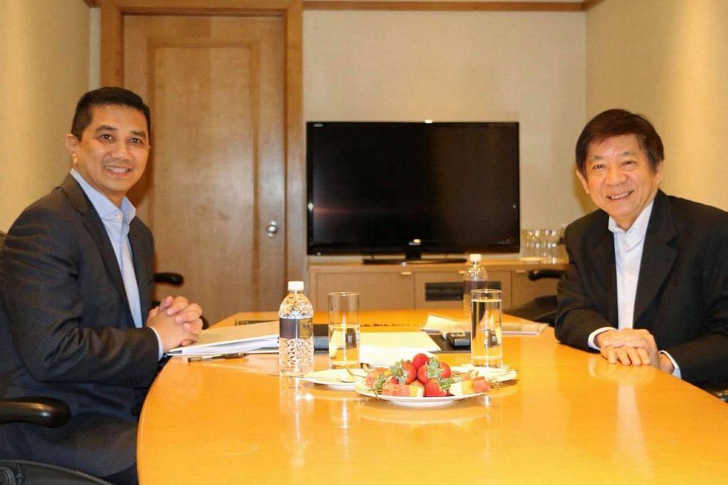 CAPAI PERSETUJUAN: Datuk Seri Azmin (kiri) dan Encik Khaw telah menandatangani perjanjian untuk menangguhkan projek HSR Kuala Lumpur-Singapura sehingga Mei 2020. - Foto fail