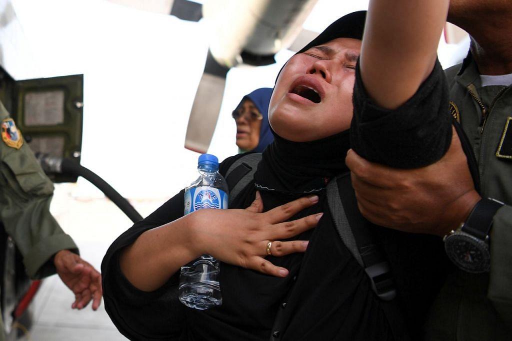TERHARU: Seorang wanita menangis sementara beliau menunggu untuk dipindahkan oleh pesawat tentera berikutan gempa bumi dan tsunami di Lapangan Terbang Mutiara Sis Al Jufri di Palu, Sulawesi Tengah. - Foto REUTERS