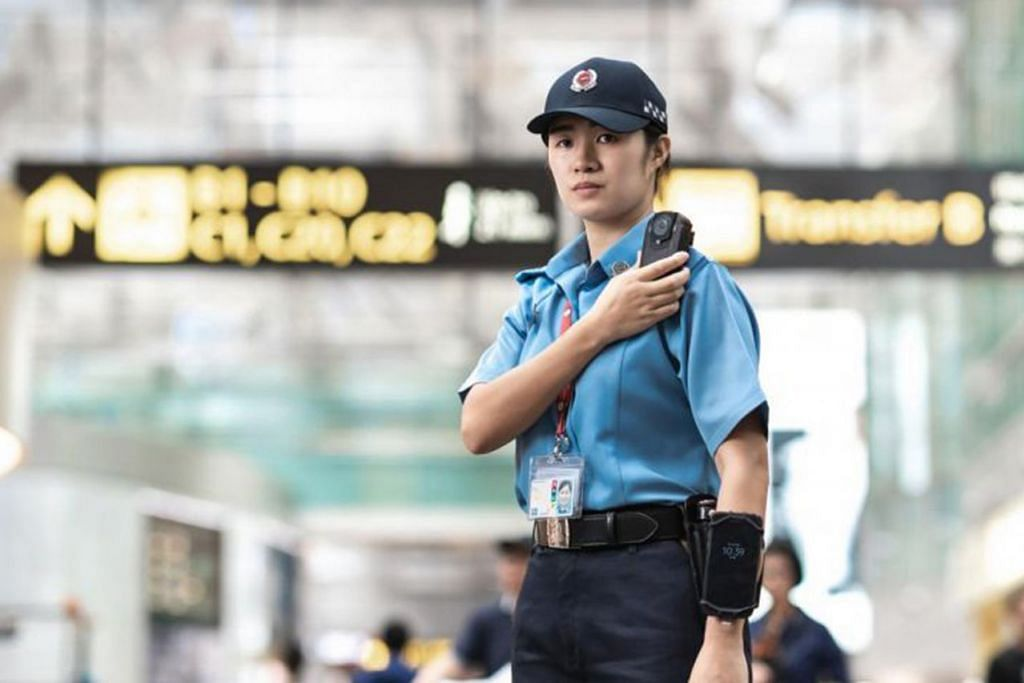 LEBIH TERPERINCI: Kamera yang dipasang di badan akan membolehkan pegawai keselamatan Perkhidmatan Terminal Lapangan Terbang Singapura (Sats) darjah penglihatan yang lebih baik dalam memantau kegiatan di Lapangan Terbang Changi semasa menjalankan rondaan. - Foto SATS LTD