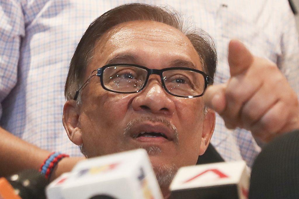ENGGAN KOMEN: Datuk Seri Anwar Ibrahim mengatakan beliau konsisten tidak mahu mengulas atau menjawab kenyataan Datuk Seri Abdul Hadi Awang kerana kebelakangan ini banyak pihak menyerang dan mengkritiknya. - Foto EPA