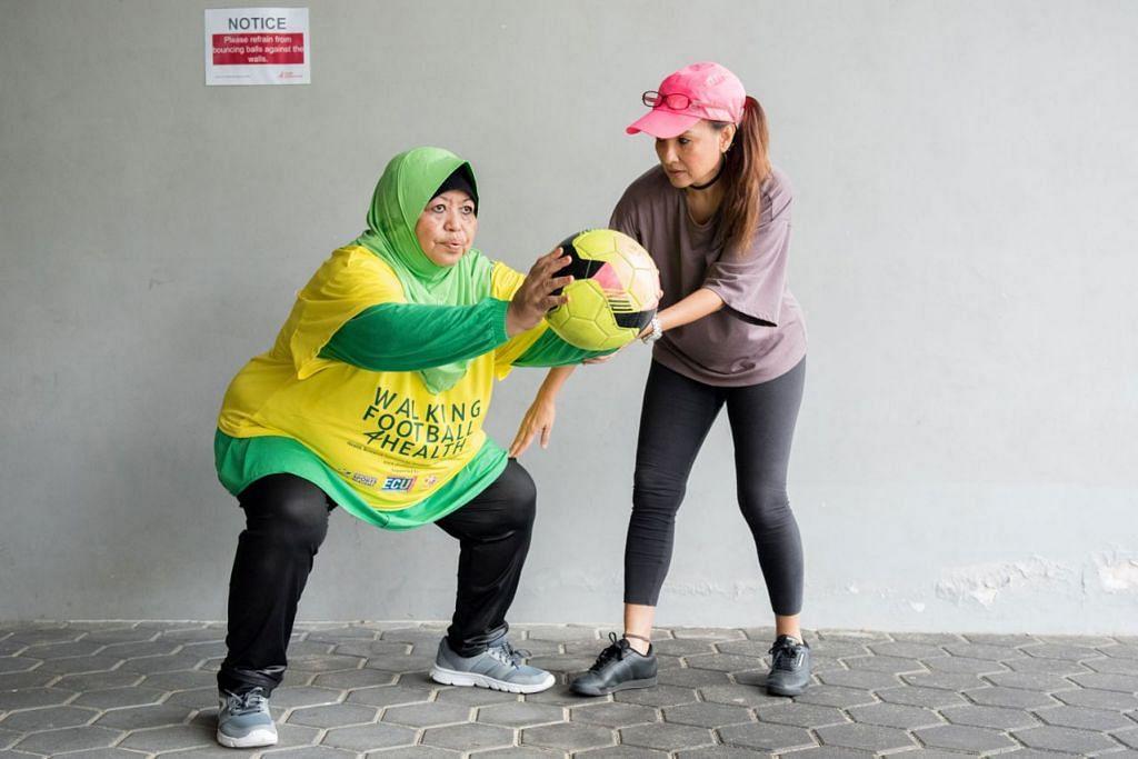 TIDAK LAGI RASA SAKIT: Cik Noor Azni (kiri) kini boleh berjongkok tanpa rasa sakit dan bermain bola sepak 'berjalan' atas bimbingan Cik Dee Dee Mahmood (kanan). - Foto WALKINGFOOTBALL4HEALTH
