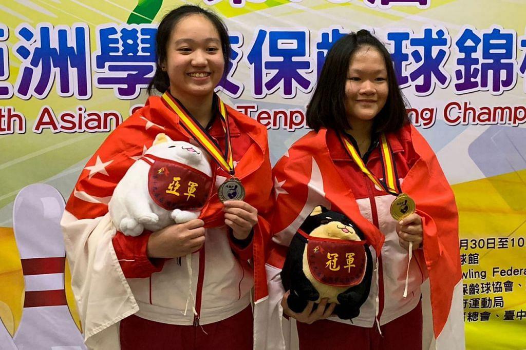 KEPUTUSAN MEMBANGGAKAN: (dari kiri) Arianne Tay dan Shin Zong Yi berjaya mengharumkan nama negara selepas meraih dua kedudukan teratas di Kejohanan Tenpin Bowling Sekolah Asia ke-19 di Taichung, Taiwan baru-baru ini. - Foto PERSEKUTUAN BOWLING SINGAPURA