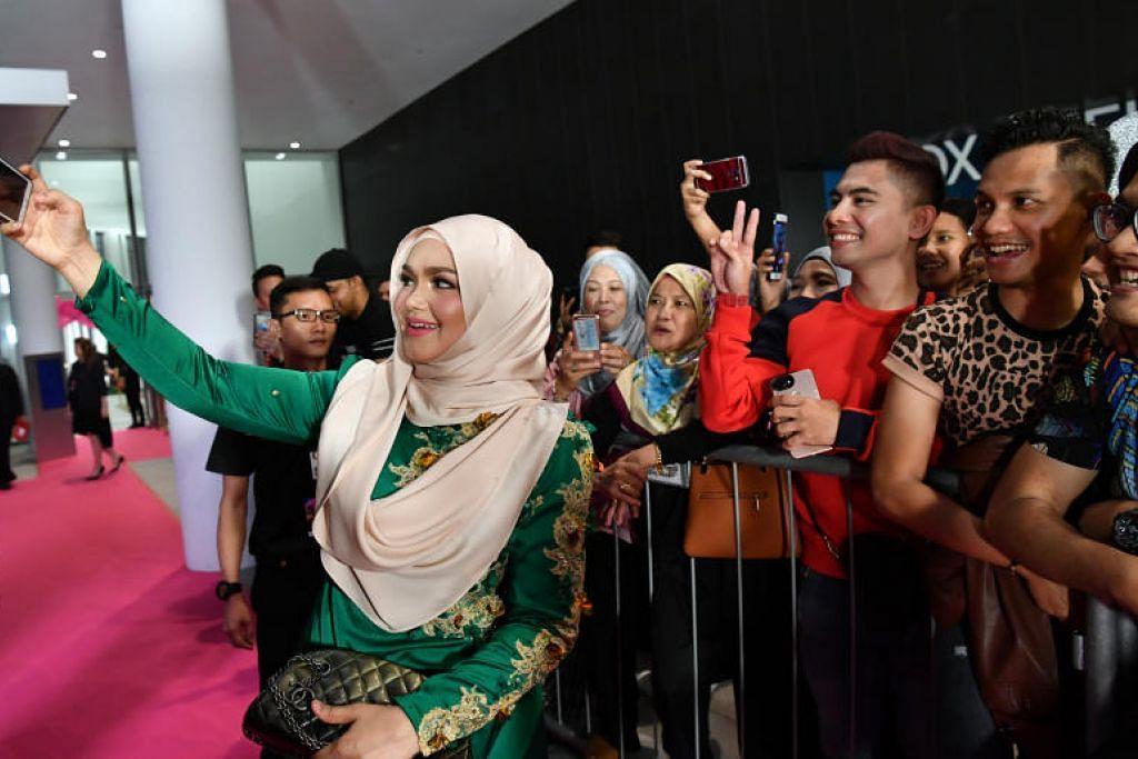 DISAYANGI PEMINAT: Peminat setia Datuk Seri Siti Nurhaliza begitu ceria apabila berpeluang merakam swafoto bersama bintang pujaan mereka.