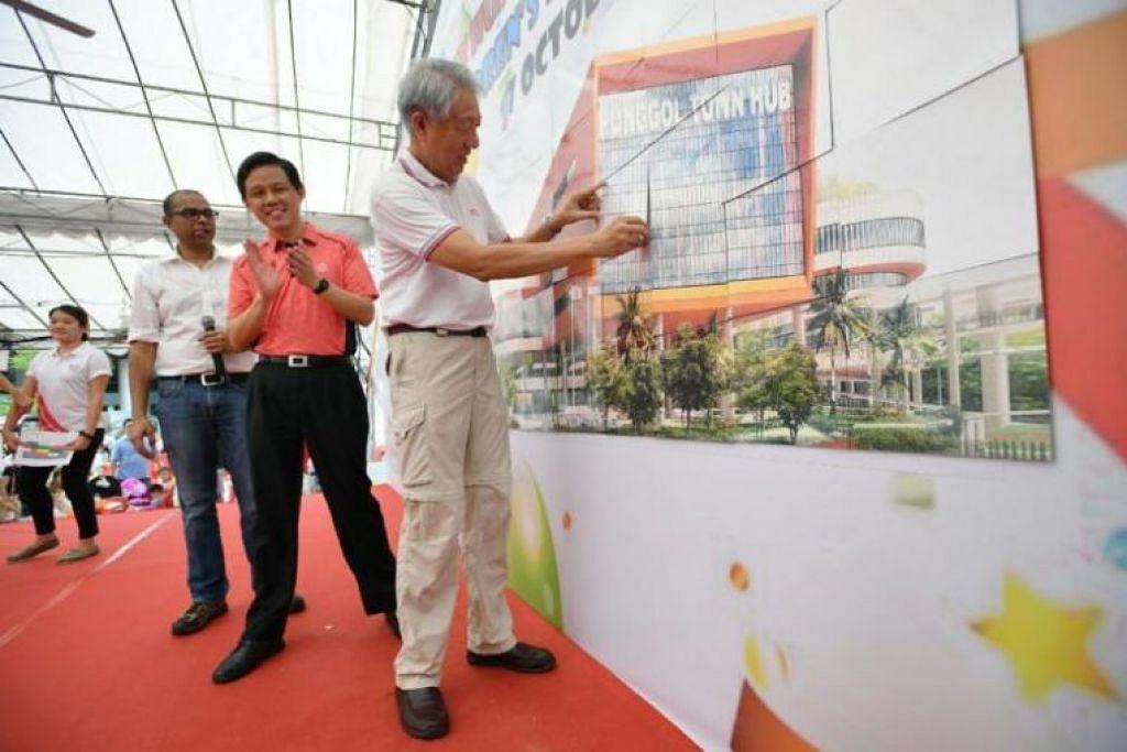 Encik Teo menyempurnakan hasil lukisan Hab Bandar Punggol. Foto: ST