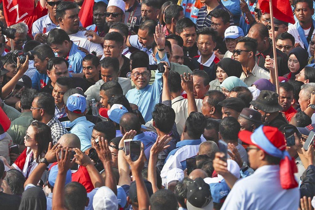 SAMBUTAN HANGAT: Datuk Seri Anwar Ibrahim (tengah) mendapat sambutan hangat semasa hari penamaan calon pilihan raya kecil Port Dickson pada 29 September. Beliau memerlukan mandat besar untuk menunjukkan beliau disokong menjadi Perdana Menteri seterusnya dan bagi menjayakan agenda reformasinya. - Foto EPA