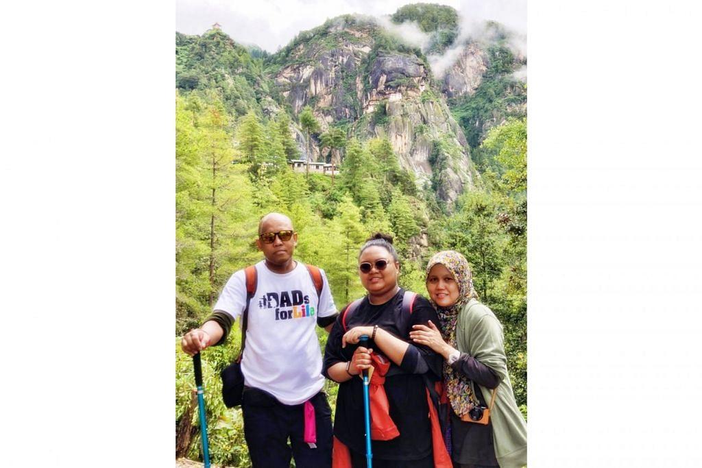 RAKAM GAMBAR KENANGAN: Penulis (kiri) dan keluarga semasa mendaki ke biara Tiger's Nest. - Foto JAMSARI AHMAD