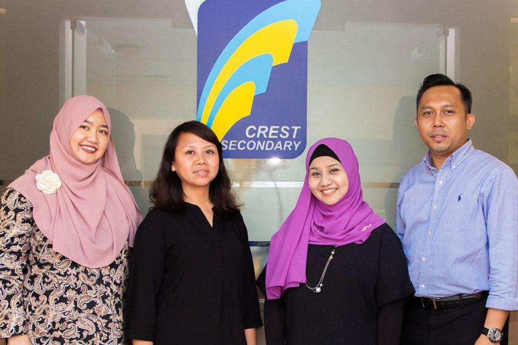 TENAGA MENGAJAR: (Dari kiri) Cikgu Sri Rahayu Zainal, Cikgu Siti Mariam Manshor, Cikgu Muzalifa Aman dan Cikgu Suhaimi Sumat merupakan guru bahasa Melayu di Sekolah Menengah Crest. - Foto BH oleh ZALEHA ABDUL KADER