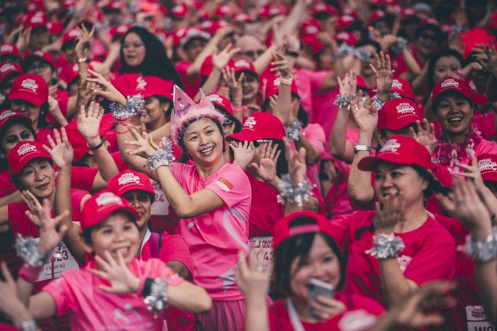 DIIRINGI LAGU PELBAGAI KAUM: Buat kali pertama dalam acara Berjalan Kaki Reben Merah Jambu anjuran Yayasan Barah Buah Dada (BCF), hampir 1,900 hadirin menyertai joget lambak yang dipimpin bekas pesakit barah, penjaga, relawan dan anggota jawatankuasa Bulan Kesedaran Barah Buah Dada (BCAM). - Foto YAYASAN BARAH BUAH DADA