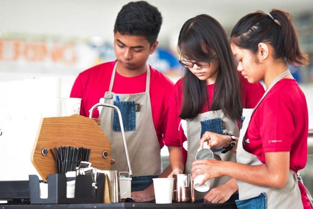 RAIH MANFAAT: Golongan belia seperti (dari kiri) Safyullah Saffarullah, Natasha Rafa Chan, dan Nur Shadrina Khairul Rodhi berpeluang meraih manfaat daripada program memperkasa diri yang dilancarkan Singapore Youth Impact Collective. - Foto BH oleh MATTHIAS CHONG