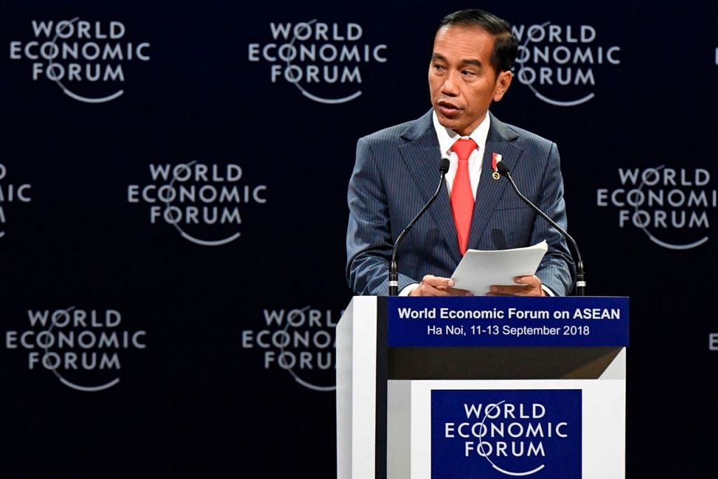 PEMIMPIN BERWIBAWA: Presiden Joko Widodo adalah presiden yang jauh daripada sebarang konflik kepentingan, bebas daripada rasuah atau skandal dan lantas meningkatkan kredibiliti pemerintah dalam menangani pelbagai masalah ekonomi. - Foto AFP
