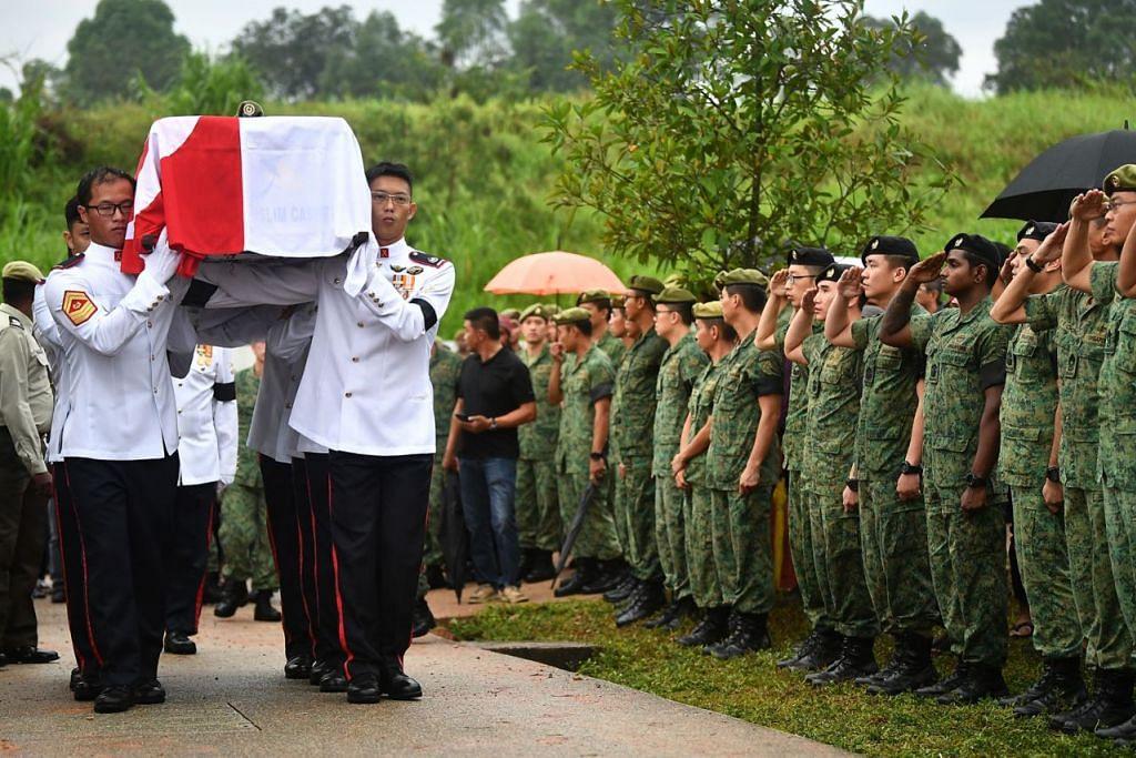 PENGHORMATAN TERAKHIR: Jenazah pegawai SAF, Pegawai Waran Ketiga (3WO) Muhammad Sadikin Hasban, yang meninggal dunia selepas dihempap dahan pokok di Brunei diberi penghormatan pengebumian tentera di Pusara Aman petang semalam. - Foto-foto BH oleh LIM YAOHUI, FACEBOOK MUHAMMAD SADIKIN HASBAN