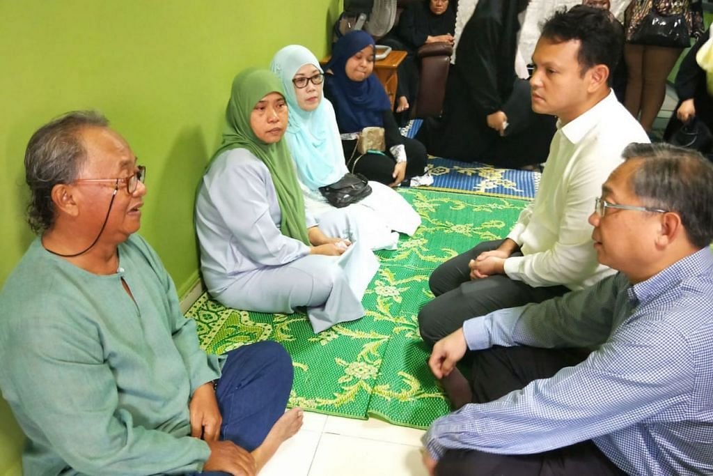 KONGSI KESEDIHAN: Encik Gan (kanan sekali) dan Encik Zaqy (dua dari kanan) bercakap dengan bapa Allahyarham Muhammad Sadikin, Encik Hasban (paling kiri), dengan disaksikan ibu arwah, Cik Naisah (dua dari kiri). - Foto BH oleh NUR HUMAIRA SAJAT