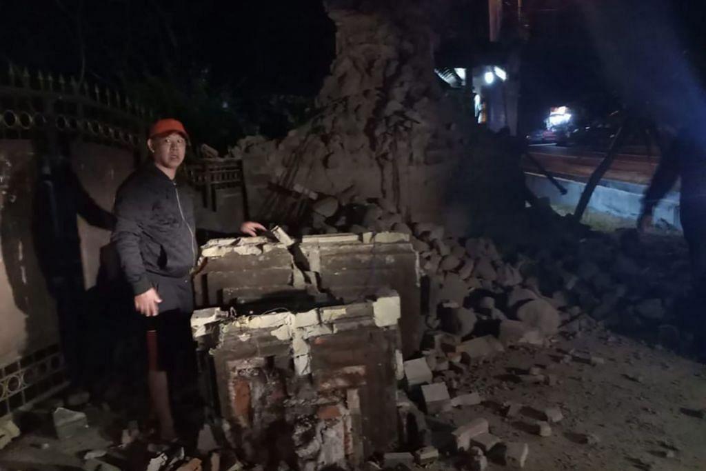 AKIBAT GEMPA: Sebahagian rumah di Jawa Timur runtuh selepas gempa pada 11 Oktober.