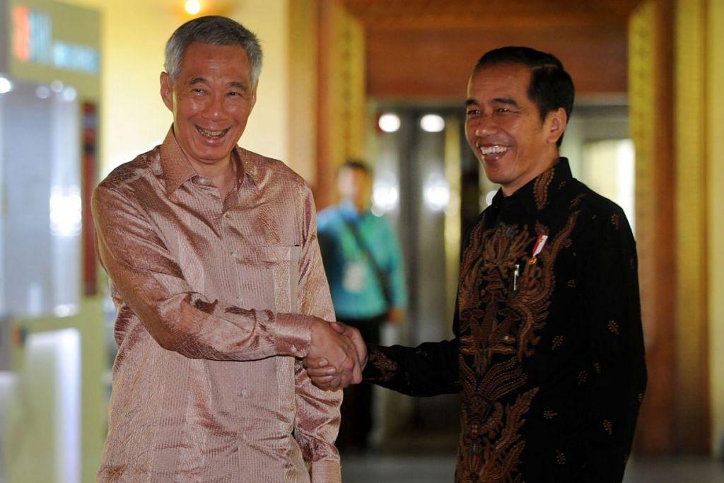 PERDALAM HUBUNGAN: Encik Lee (kiri) dan Encik Jokowi mengadakan perbincangan untuk memperdalam hubungan perdagangan dan pelaburan antara Singapura dengan Indonesia.
