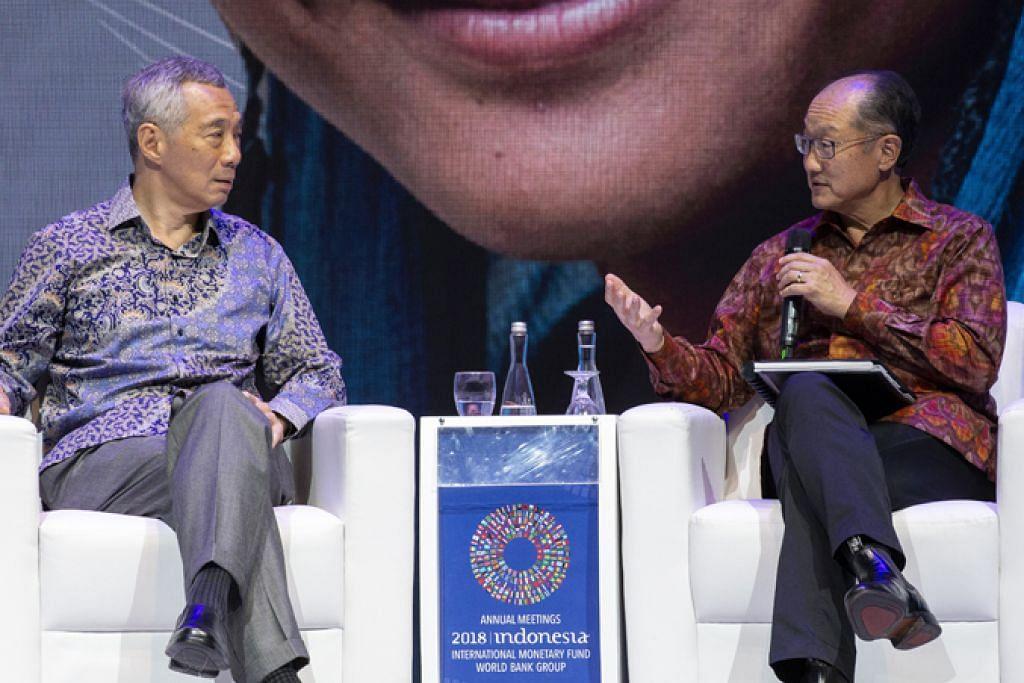 BINCANG MODAL INSAN: Perdana Menteri, Encik Lee Hsien Loong (kiri) dan Presiden Kumpulan Bank Dunia Jim Yong Kim (kanan) di sebuah sidang mengenai modal insan di mesyuarat tahunan Dana Kewangan Antarabangsa (IMF) dan Kumpulan Bank Dunia di Nusa Dua, Bali semalam. - Foto EPA-EFE