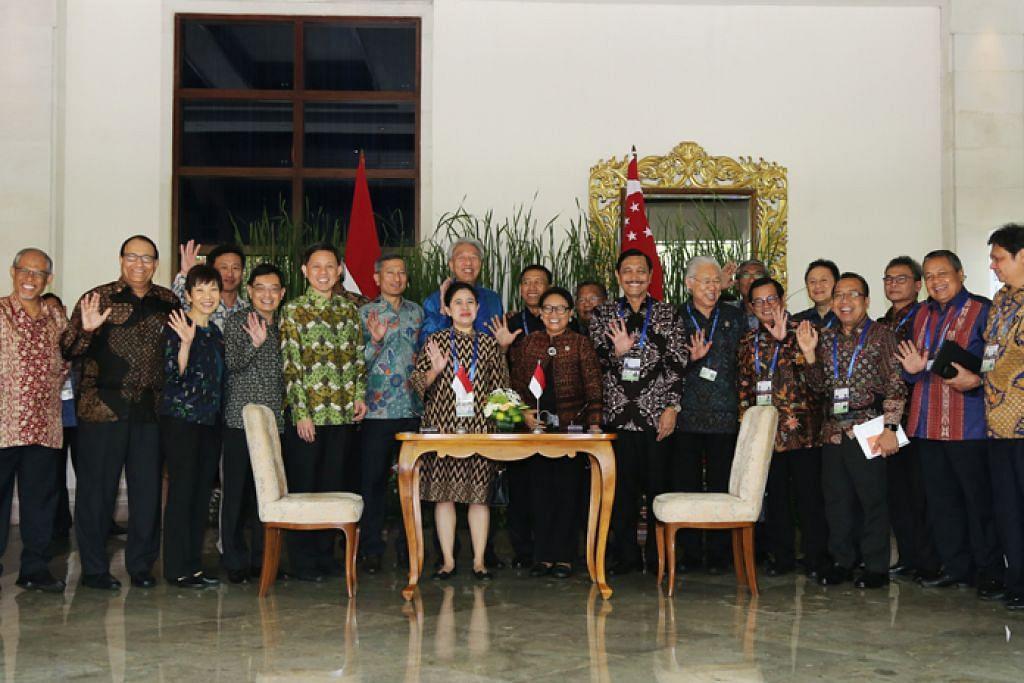 RAKAM KENANGAN: Jemaah menteri Singapura dan Indonesia mengambil kesempatan rahat pemimpin dua negara untuk mengambil gambar bersama sebagai kenangan. - Foto ZAOBAO