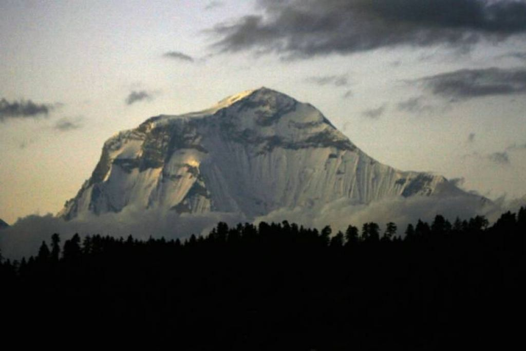 GUNUNG GURJA: Sejumlah 30 pendaki telah berjaya mencapai puncak Gunung Gurja sejak ia pertama kali ditawan pada 1969 oleh pasukan pendaki dari Jepun.