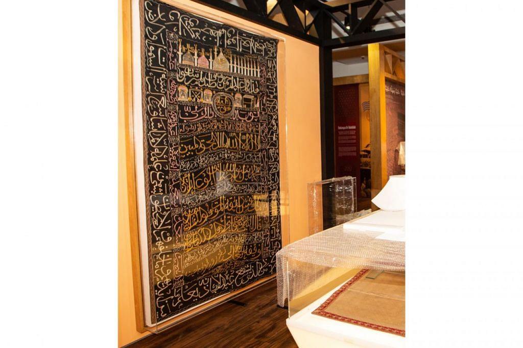 SENI YANG TERHASIL: Antara bahan yang dipamerkan menunjukkan hasil seni yang berkait rapat dengan pengalaman haji. - Foto BH oleh ZALEHA ABDUL KADER