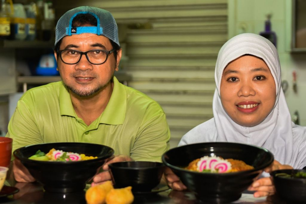 SAJIKAN YANG TERBAIK: Begitulah harapan Encik Ramli dan isterinya, Cik Ning Asih, yang berharap hidangan yang disediakan di gerai mereka, Oiishii Corner, adalah yang terbaik. - Foto BH oleh SYAZA NISRINA